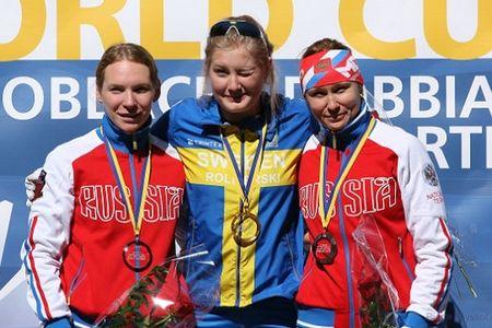 Marika Sundin tog två segrar på två starter vid världscuptävlingarna i Toblach. Här på pallen efter segern i fredagens prolog. FOTO: Arrangören.