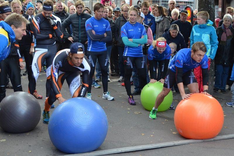 Redo för att rulla vattenfylld boll. Adam Steen, Falun-Borlänge och Joakim Engström, IFK Mora SK. FOTO: Johan Trygg.