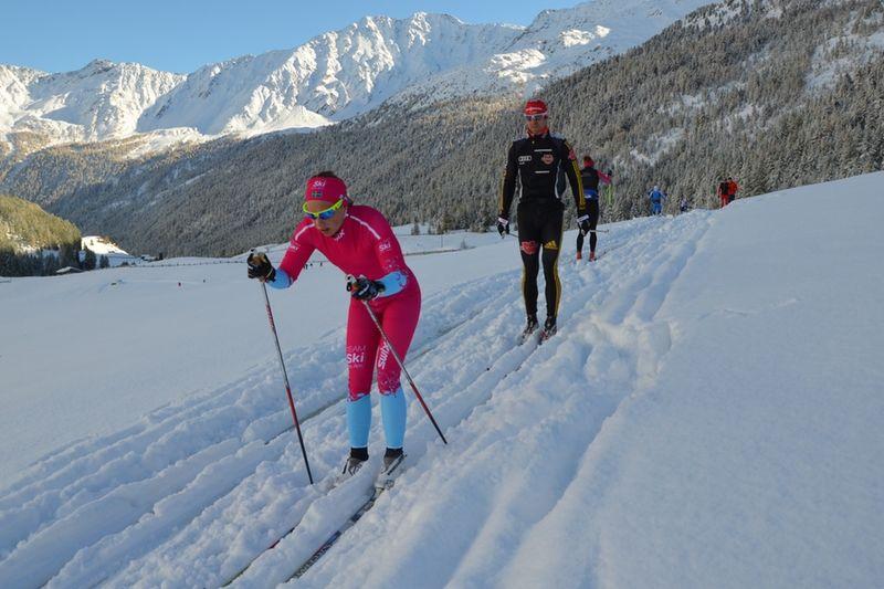 Lina Korsgren, TEAM SkiProAm i sällskap med Axel Teichman, träning i dalen i Val Senales. FOTO: Team SkiProAm.