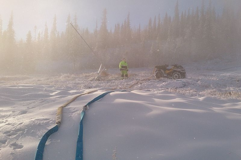 Snöproduktionen pågår för fullt på Dundret i Gällivare.