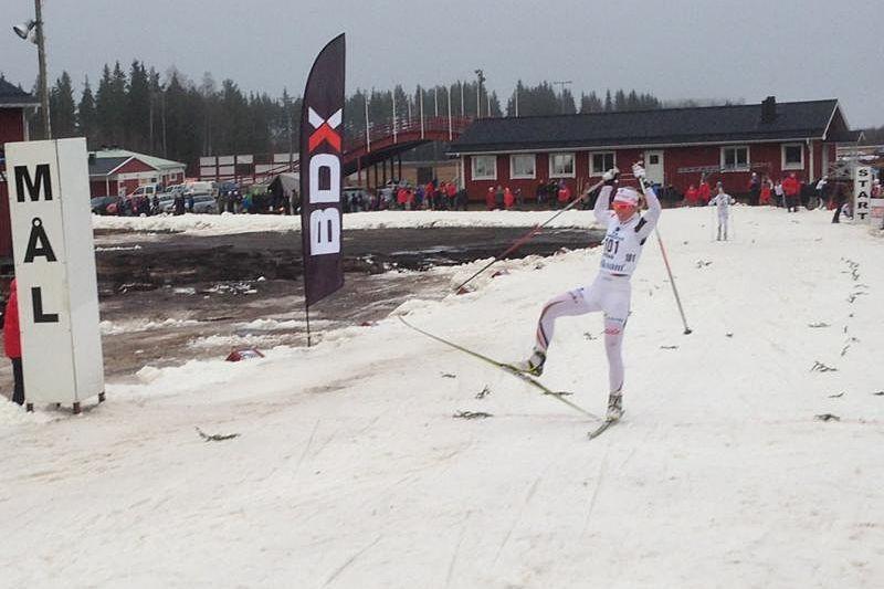 Magdalena Pajala mot seger före klubbkompisen Mia Eriksson. FOTO: Lars Olov Pajala.