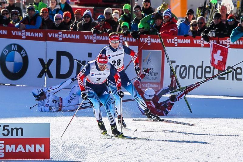 Här faller Simon Persson efter att ha blivit mer eller mindre överkörd av Eirik Brandsdal på väg in på upploppet. Men Simon han ändå sätta skräck i sina konkurrenter den här söndagen i Davos. FOTO: Laiho/NordicFocus.
