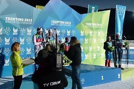 Anton Karlsson och Emelie Cedervärn fick kliva upp på pallen efter dagens mixedstafett vid Universiaden i Trentino. FOTO: Sveriges Akademiska Idrottsförbund.