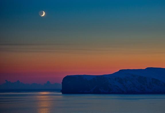 Måne over Andotten Foto: Anne Olsen-Ryum