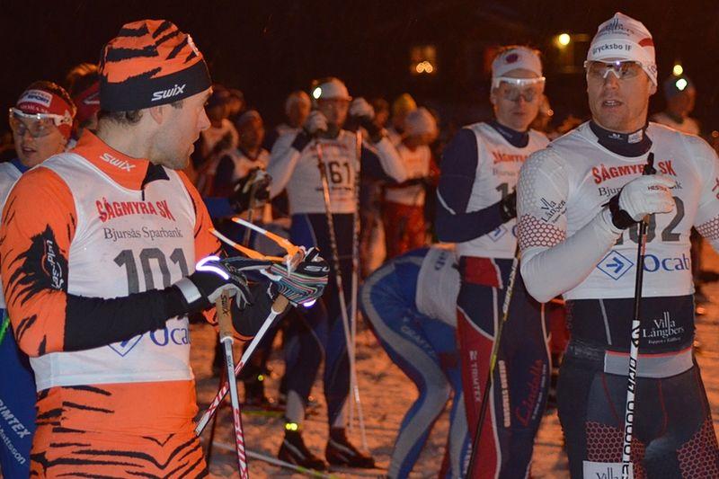 Jörgen Brink och Daniel Tynell på startlinjen i AXA Ski Marathon. Duon rankad etta och tvåa fick dock ge sig mot Simon Andersson som vann efter suverän soloåkning i över tre mil. FOTO: Johan Trygg.