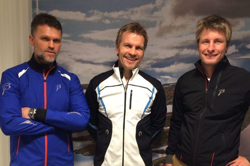 Trio glad över samarbete mellan Toppidrettsveka och varumärket Björn Dählie. Från vänster: Håvard Sagli och Harald Fladseth från Toppidrettsveka och Roger Mohaugen från Björn Dählie. FOTO: Kathrine Meiner/Björn Dählie.
