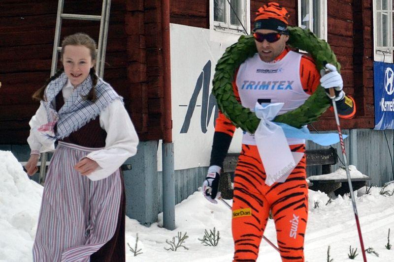 Jörgen Brink segrade i Bessemerloppet. Här med kranskullan Moa Backlund. FOTO: Elvira Eriksson.