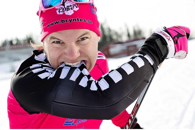 Robin Bryntesson tar sig en tugga på Trimtex nya dräkt för diabetiker. FOTO: Benita Pålsson, north studios.