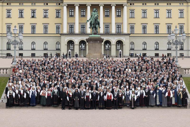Grunnloven 200 år - 400 ordførere foran slottet Utsnitt