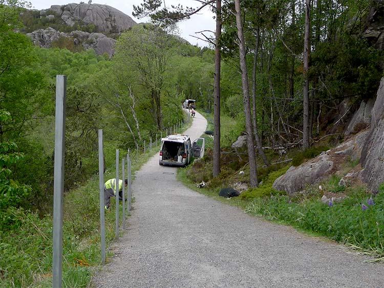 nytt-gjerde-på-vei-til-Hellvik.jpg