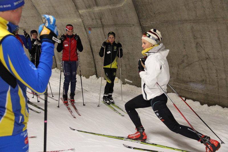 Här ser vi Stina Nilsson instruerar sprintstarter vid fjolårets sommarskidskola i Torsby Ski Tunnel. FOTO: Leif Skogsberg.