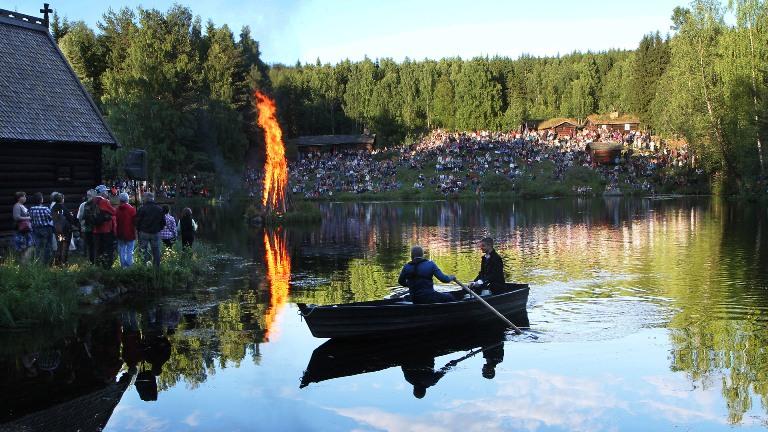 Mikkel Skorpen i båt ved bålet.jpg