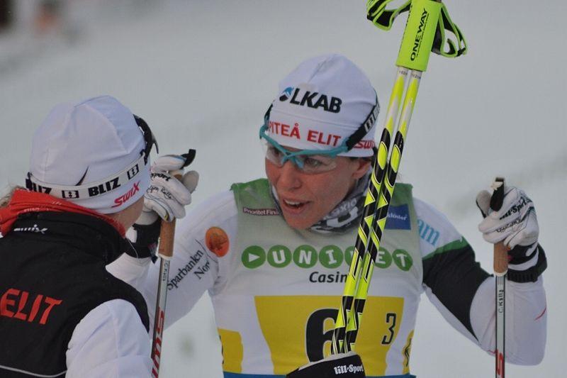 Charlotte kalla byter till Alpina pjäxor inför VM-vintern. Här är hon tillsammans med Mia Eriksson efter segern på SM-stafetten i Umeå i vintras. FOTO: Johan Trygg.