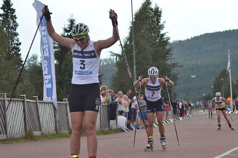 Sara Nordstrand jublar när hon skär mållinjen precis före Frida Erkers. I bakgrunden trean Maria Nordström och fyran Britta Johansson Norgren. FOTO: Johan Trygg.