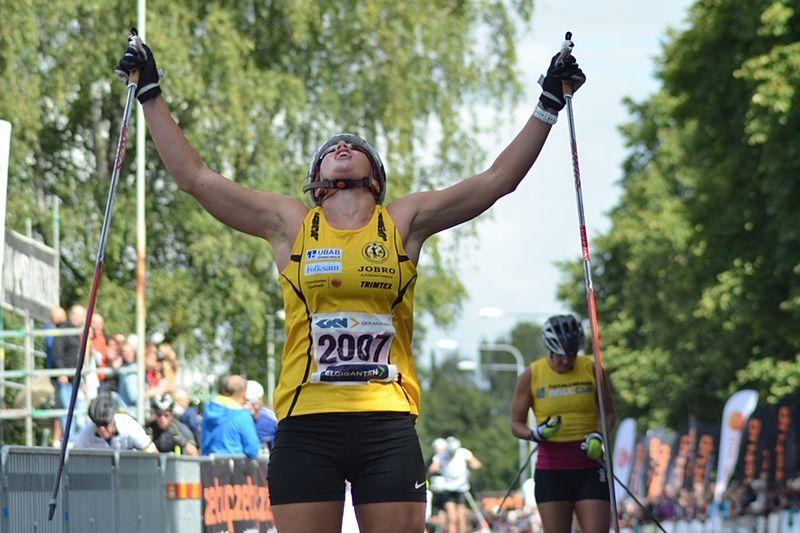 Jublande glad korsar Maria Nordström mållinjen före Britta Johansson Norgren. FOTO: Johan Trygg.