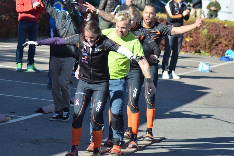 Falun-Borlänges Emma Eriksson, Jonathan Steen, Moa Larsson (skymd) och Adam Steen mot seger i Slaget om skid-Dalarna. FOTO: Johan Trygg.