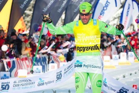 Bindningstillverkaren Rottefella kommer att presentera den gula ledar-nummerlappen på Swix Ski Classics i vinter. FOTO/MONTAGE: Swix Ski Classics.