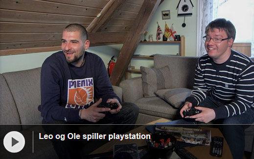 Leo spiller playstation med Ole