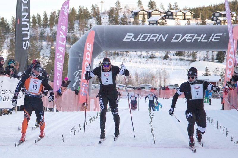 Så här tight var de om segern i Axa Ski Marathon. Fredrik Byström sträcker fram tån före Gustav Eriksson och Jörgen Brink. FOTO: Lars Rönnols.