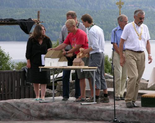 Avduking av kirkemodell. Foto: Tor Øystein Olsen 210805