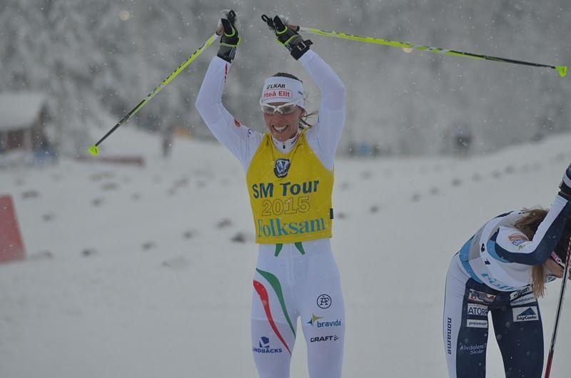 Charlotte Kalla vann 5 kilometer skejt i Skandinaviska cupen närmast före Ebba Andersson. FOTO: Johan Trygg/Längd.se.