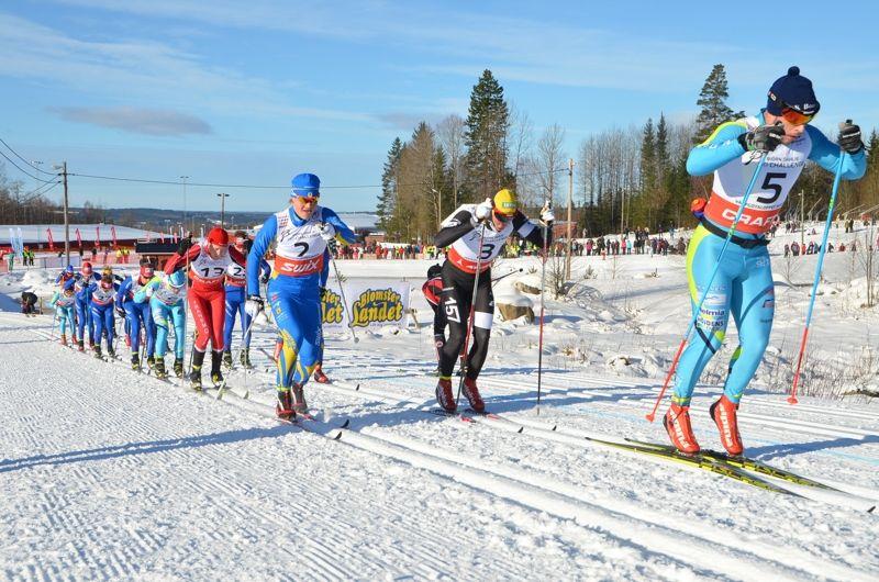Bob Impola anför tätklungan I Västgötaloppet Skidor 2015. Marcus Johansson och Gabriel Thorn följer närmast. FOTO: Västgötalopet.