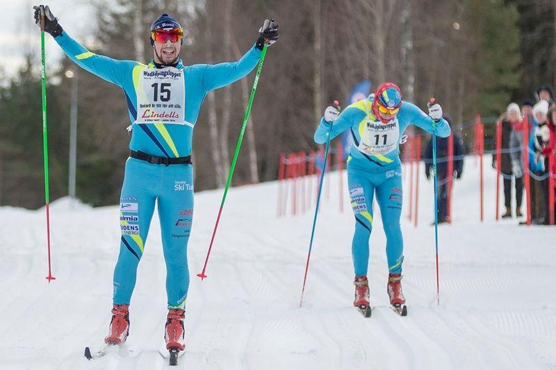 Bob Impola spurtar till seger före brodern Jack i Wadköpingsloppet. FOTO: Lars Rönnols.