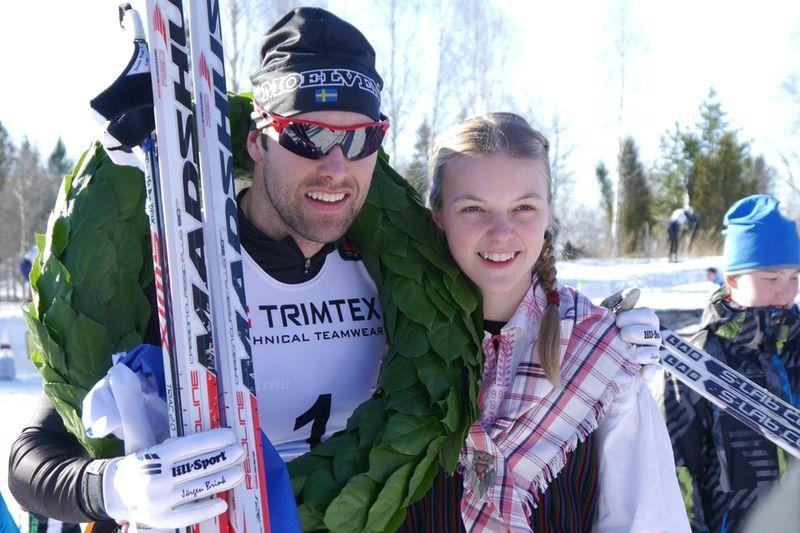 Jörgen Brink och kranskullan Louise Lindström efter Brinks seger i Bessemerloppet. FOTO: Elvira Eriksson.