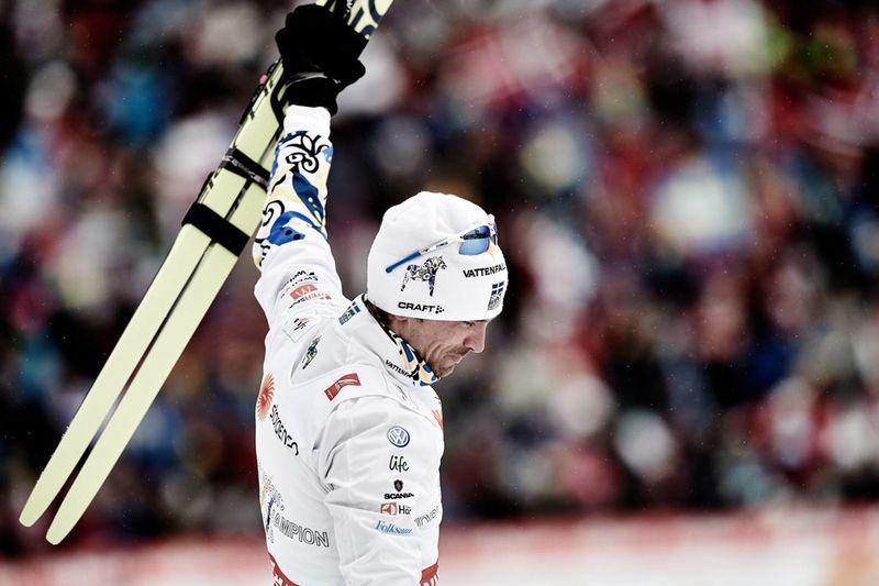 Johan Olsson tar emot publikens hyllningar efter VM-guldet på 15 kilometer fristil. FOTO: NordicFocus.