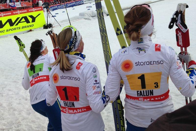 Charlotte Kalla, Sofia Bleckur och Maria Rydqvist kikar och ser att Stina Nilsson spurtar hem VM-silver. FOTO: Johan Trygg/Längd.se.