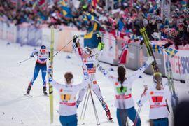 Det var ett fantastiskt VM av de svenska damerna. Här symboliserat av när Stina Nilsson spurtar hem silvret i damstafetten. Gästkrönikören Stefan Ekman konstaterar också att 21 svenska tjejer tagit världscupoäng i vinter. FOTO: NordicFocus.