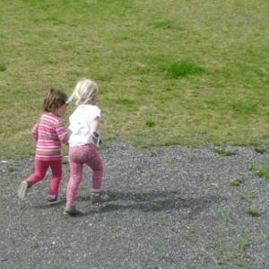 Småbarn som løper