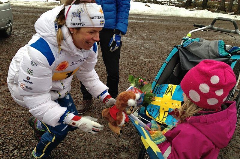 Maria Rydqvist är tillbaka i landslagets träningsgrupp när laget nu samlas i Jämtlandsfjällen. Här gratuleras Maria av dottern Wilda efter VM-silvret i stafett i Falun 2015. FOTO: Johan Trygg/Längd.se.