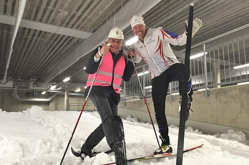 Mattias Svahn, först på längdskidor i nya skidhallen Skidome i Göteborg och Ola Serneke, vd och ägare av Serneke, och initativtagare till bygget av Göteborgs Nya Arena, först med miniskidor.