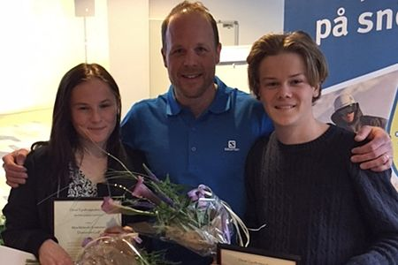 Moa Molander Kristiansen och Sebastian Eriksson fick på tisdagen ta emot Daniel Tynells stipendium av Daniel själv. FOTO: Team Tynell.
