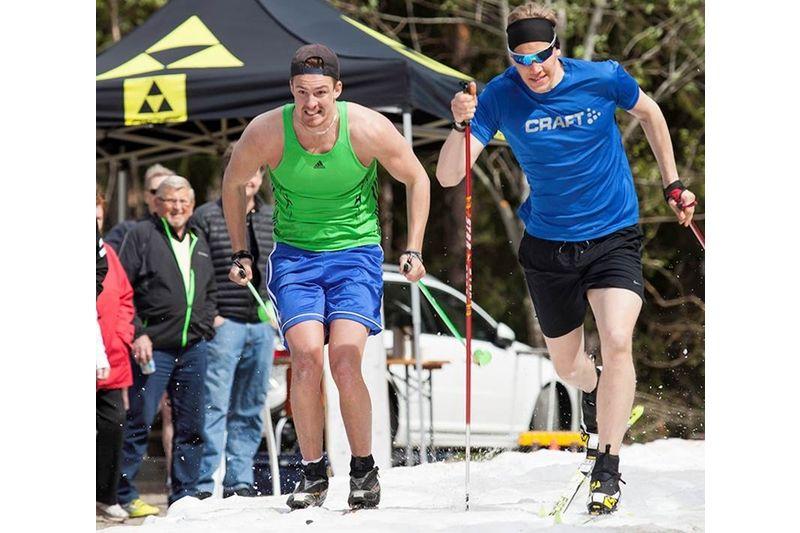 Viktor Hansson och Jakob Jansson kämpar i semifinalen på Ottarsloppets supersprint. FOTO: Lena Pesula.