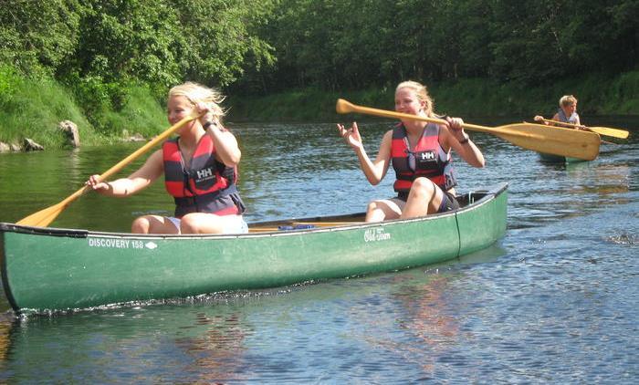 Sol_jenter padler kano_avlangt.jpg