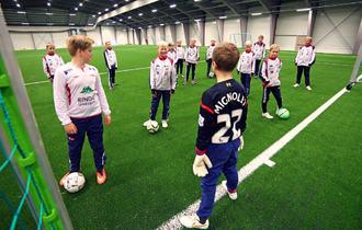 Guttelaget fra Rindal IL gleder seg veldig over ny fotballhall. Foto: Tormod Ellingsen