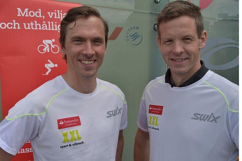Johan Olsson tillsammans med Team Santanders  manager Nils Marius Otterstad i somras. Nu missar Johans insteg i Ski Classics dröjer. Nu missar han även La Diagonela och Marcialonga. FOTO: Johan Trygg/Längd.se.