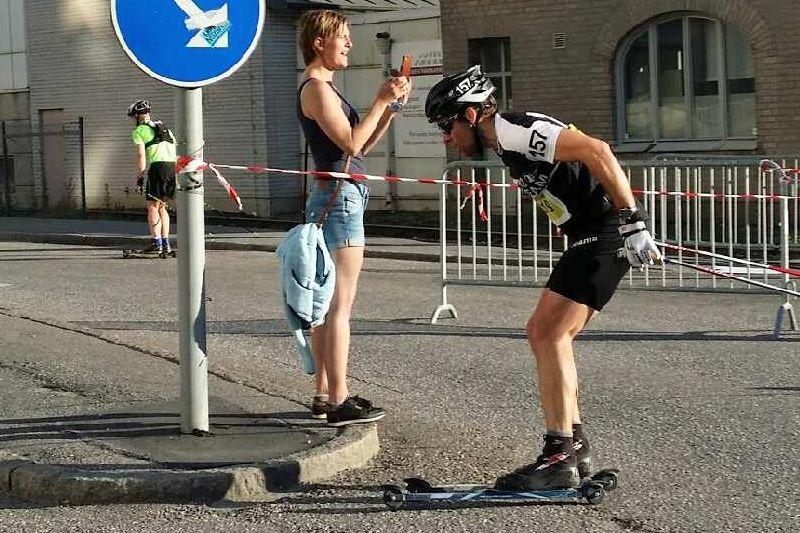 Jörgen Brink spurtar mot mål en ensamt majestät. FOTO: Lager 157 Ski Team:s Facebooksida.