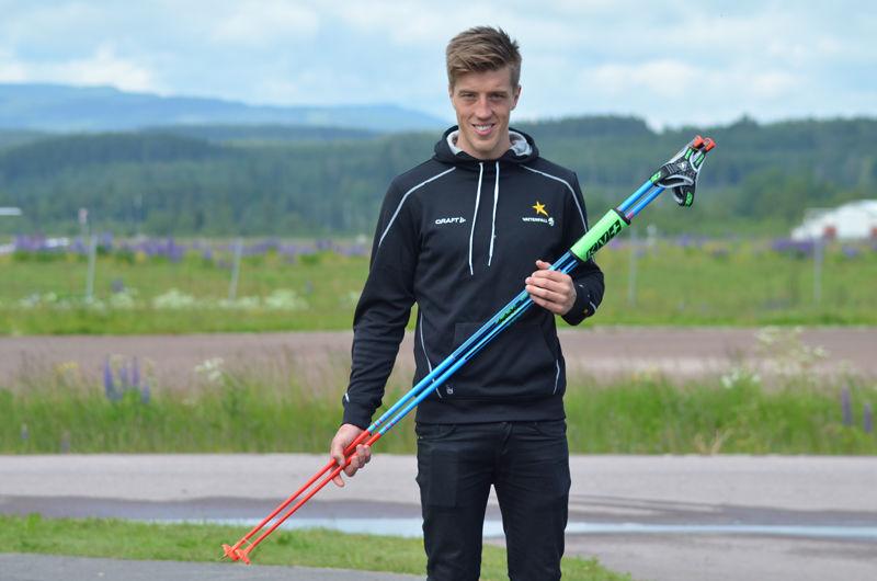 Calle Halfvarsson åker numera med stavar från KV+. FOTO: Grönedals Sport.