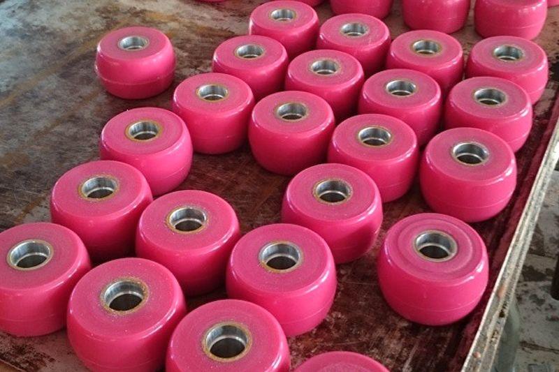 Svenska Skidförbundet har beslutat att Elpex rosa PU-hjul är godkända att använda vid Alliansloppet. FOTO: Elpex.