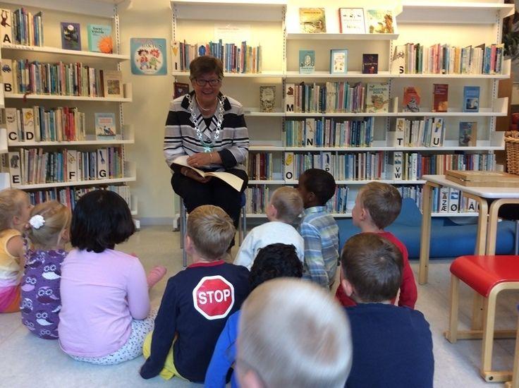 Ordføreren leser for barna