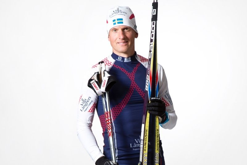 Jerry Ahrlin som vi kommer se honom i spåren i vinter. I Team Tynells färger och med Salomon på fötterna. FOTO: Fotograf Heléne, Falun.