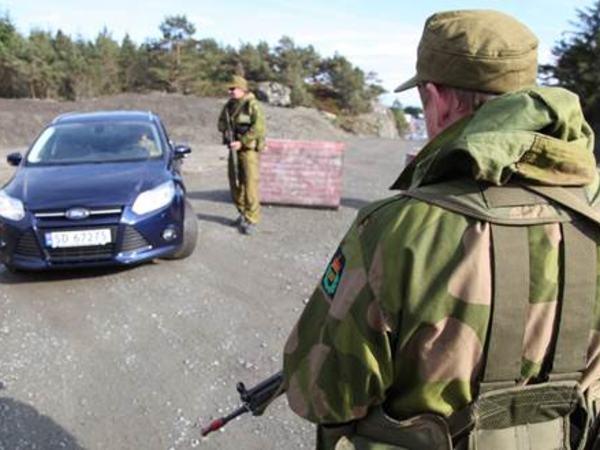 HV-soldater på kontrollpost