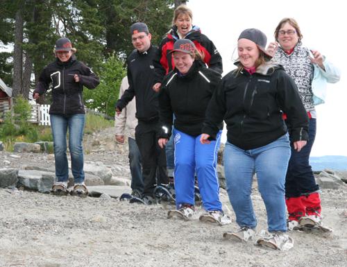 Maria Solbu Danielsen (t.h) har bestemt at de skal hoppe over stranden. Ved siden av: Kjersti Kålås og bak Anne Katrine Bratten og Henrik Jostad. Marias mor Sissel Solbu (helt til venstre) og Siri Syvrud ( i rødt) heier på. (Foto: Ingebjørg Jensen)