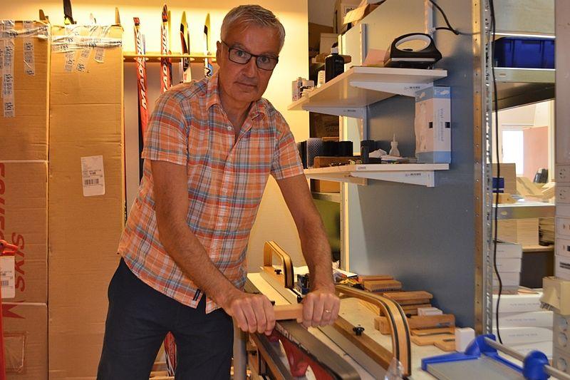 Mats Larsson är en av ägarna på Skimateria. Företaget som utmanar kring hur man ska preparera skidorna för bästa glid. FOTO: Johan Trygg/Längd.se.