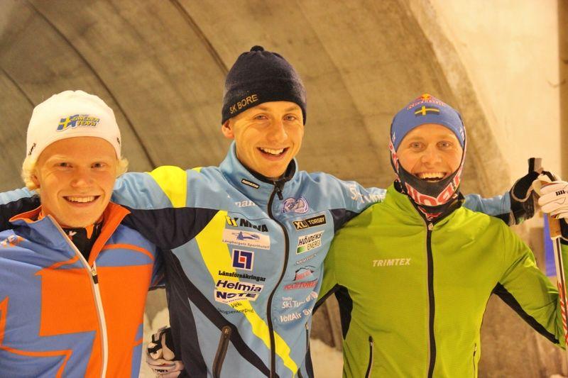 Filip Danielsson, Oscar Persson och Bill Impola var så här glada efter säsongens första race. FOTO: Leif Skogsberg.