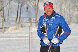En glad Emil Jönsson ser med spänning fram emot comebacken i tävlingsspåren. FOTO: Johan Trygg/Längd.se.