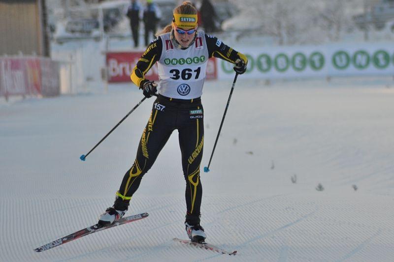 Karin Björnlinger spurtar mot seger i Bruksvallarna. FOTO: Johan Trygg/Längd.se.